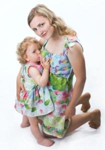 кормление ребенка грудью в одежде для кормящих мам