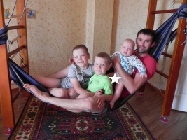 24. Папа Петя и сыновья в одном слинге. А сколько человек поместится в вашем СЛИНГЕ ?